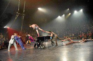 Actuación de la compañía de circo Akoreacro.