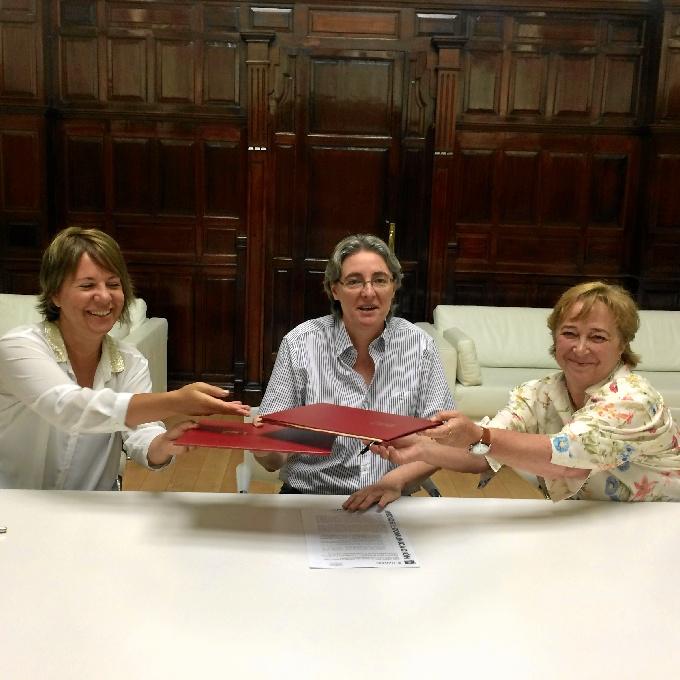 Marta Higueras firmando el convenio.