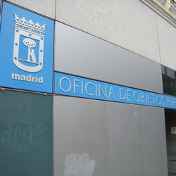 La oficina gestiona la recepción, depósito y devolución de objetos extraviados en Madrid.