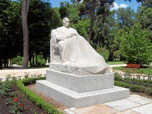 'Nuestras estatuas hablan' invita a los asistentes a conocer las estatuas y sus protagonistas de una forma lúdica y de la mano de actores.